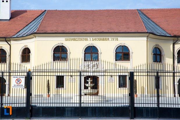 poarta-de-la-palatul-apor-azi-universitatea-1-decembrie-rectorat-din-alba-iulia-judetul-arges.jpg