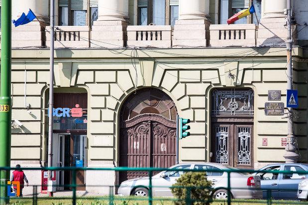 poarta-de-la-palatul-bancii-nationale-a-romaniei-din-arad-judetul-arad.jpg