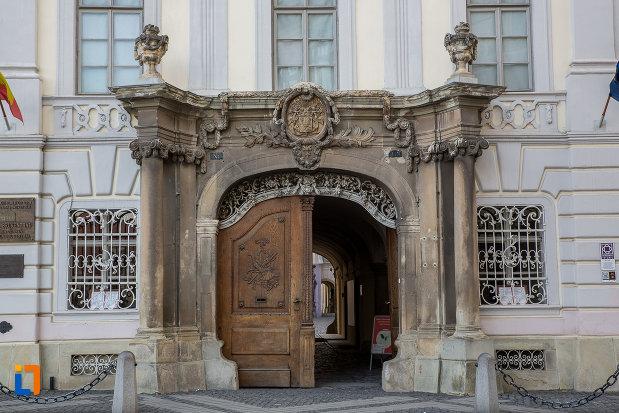 poarta-de-la-palatul-brukenthal-azi-muzeul-national-brukenthal-din-sibiu-judetul-sibiu.jpg