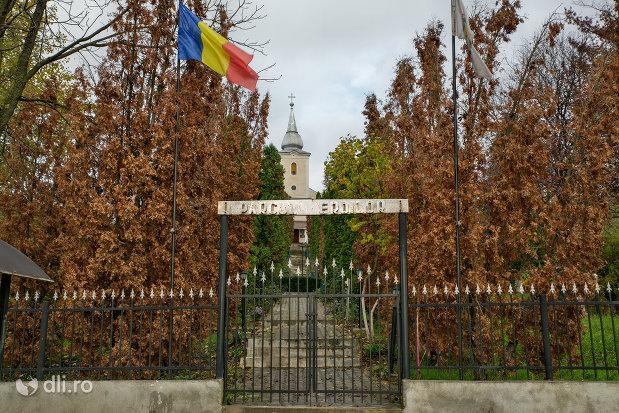 poarta-de-la-parcul-eroilor-din-salajeni-judetul-salaj.jpg