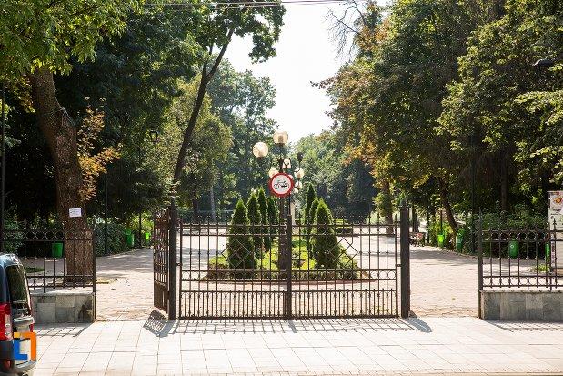 poarta-de-la-parcul-mihai-eminescu-din-botosani-judetul-botosani.jpg