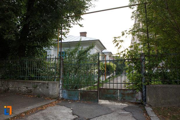 poarta-de-la-spitalul-vechi-din-turnu-magurele-judetul-teleorman.jpg