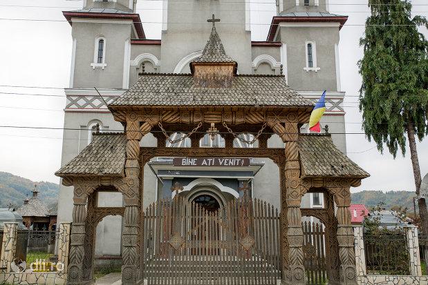 poarta-de-lemn-de-la-biserica-ortodoxa-noua-din-stramtura-judetul-maramures.jpg