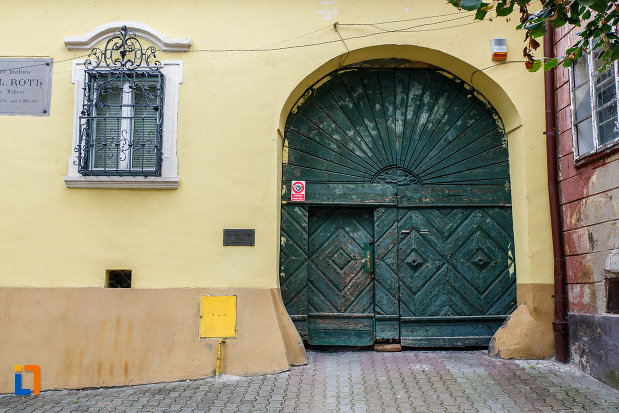poarta-de-lemn-de-la-casa-memoriala-stephan-ludwig-roth-din-medias-judetul-sibiu.jpg