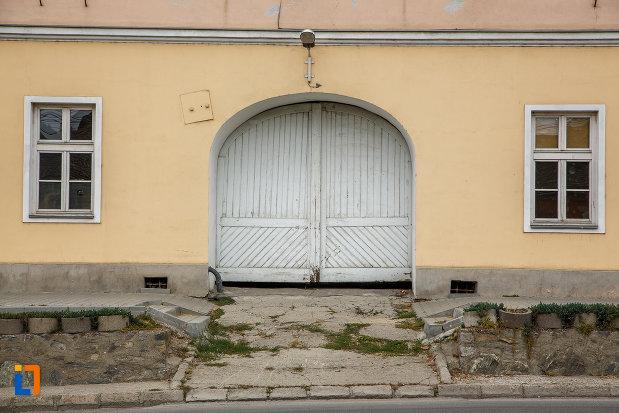 poarta-de-lemn-de-la-fosta-cazarma-a-husarilor-1805-din-medias-judetul-sibiu.jpg