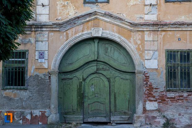 poarta-din-lemn-de-la-ansamblul-orfelinatului-terezian-din-sibiu-judetul-sibiu.jpg