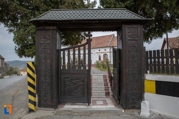 poarta-din-lemn-de-la-biserica-duminica-floriilor-din-avrig-judetul-sibiu.jpg