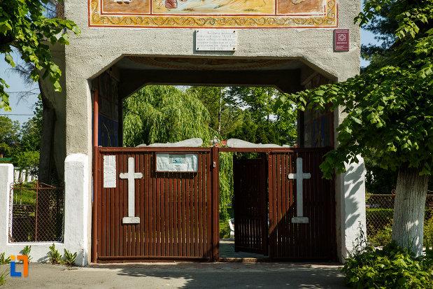 poarta-din-lemn-de-la-biserica-sf-ilie-biserica-noua-din-dragasani-judetul-valcea.jpg