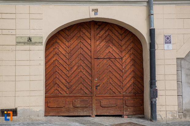 poarta-din-lemn-de-la-casa-haupt-are-in-curte-fragmente-ale-incintelor-i-si-ii-1694-din-sibiu-judetul-sibiu.jpg
