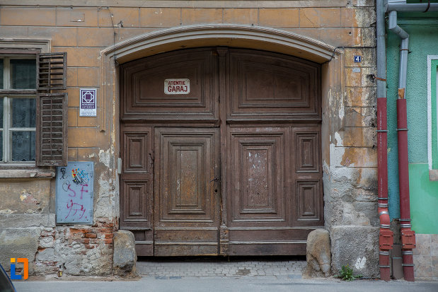 poarta-din-lemn-de-la-casa-hermann-wagner-1875-din-sibiu-judetul-sibiu.jpg