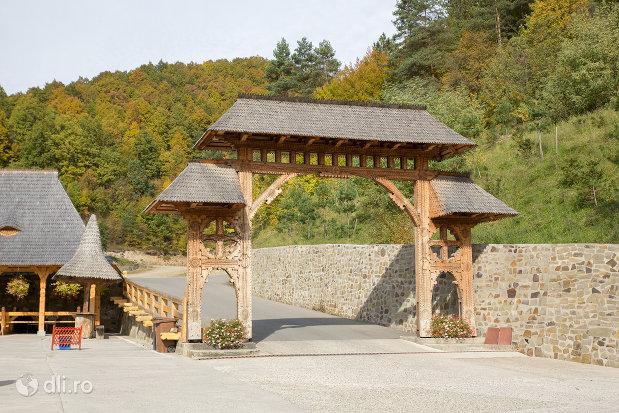 poarta-din-lemn-de-la-manastirea-barsana-judetul-maramures.jpg