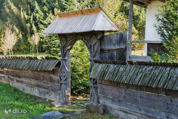 poarta-din-lemn-muzeul-satului-din-sighetu-marmatiei-judetul-maramures.jpg