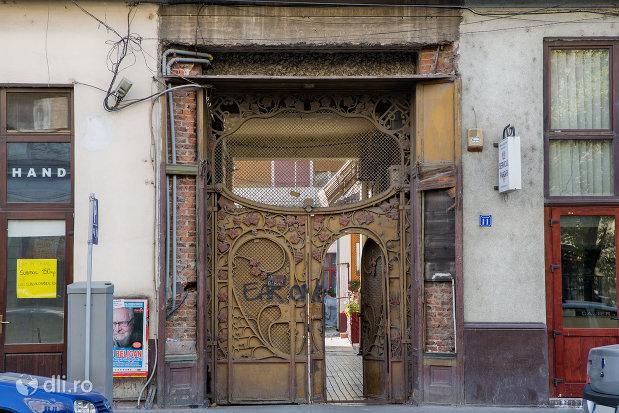 poarta-din-lemn-palatul-fuchsl-din-oradea-judetul-bihor.jpg