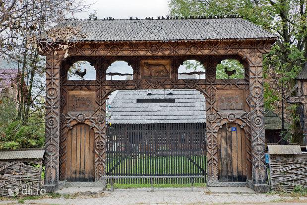 poarta-maramuresana-de-la-intrarea-in-muzeul-taranesc-din-dragomiresti-judetul-maramures.jpg