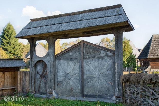 poarta-maramureseana-muzeul-satului-din-sighetu-marmatiei-judetul-maramures.jpg