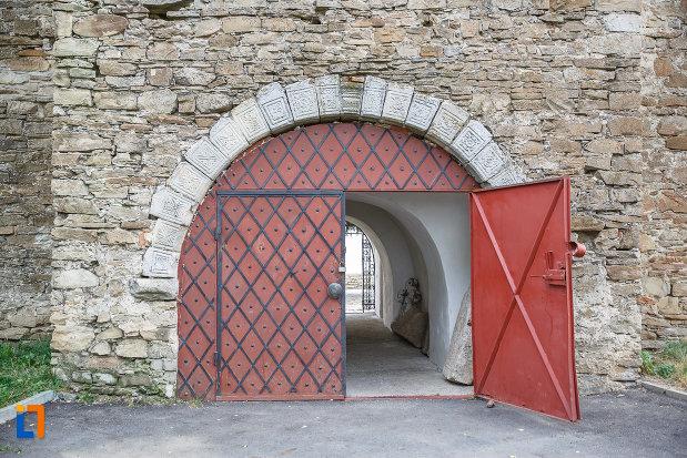 poarta-metalica-de-la-manastirea-zamca-biserica-sfantul-auxentie-1551-din-suceava-judetul-suceava.jpg