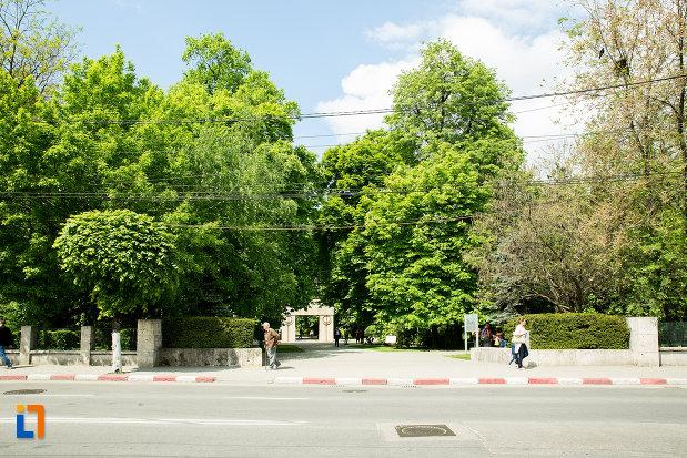 poarta-sarutului-din-gradina-publica-sau-parcul-municipal-constantin-brancusi-din-targu-jiu-judetul-gorj.jpg