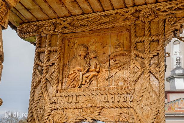 poarta-sculptata-de-la-biserica-noua-din-rozavlea-judetul-maramures.jpg