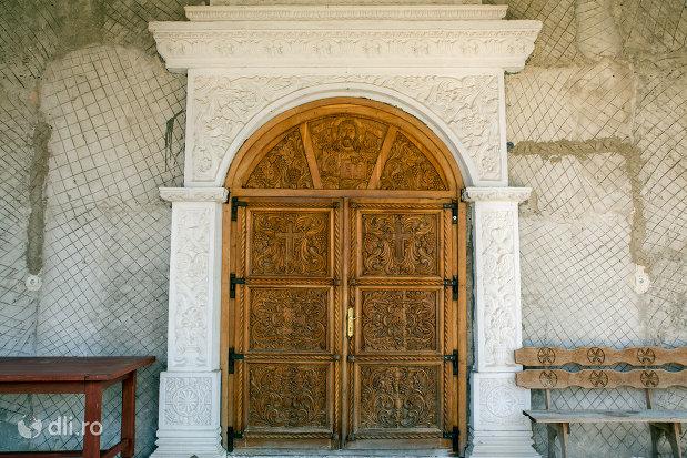 poarta-sculptata-in-lemn-manastirea-scarisoara-noua-judetul-satu-mare.jpg