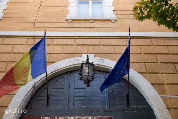 poarta-si-drapeluri-de-la-muzeul-de-arta-din-baia-mare-judetul-maramures.jpg