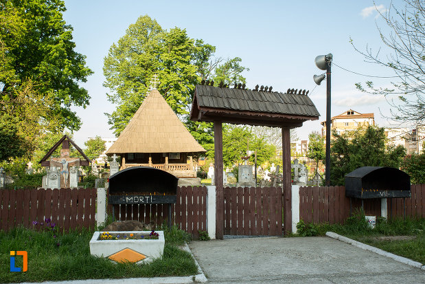 poarta-spre-biserica-de-lemn-sf-ioan-botezatoru-din-rovinari-judetul-gorj.jpg
