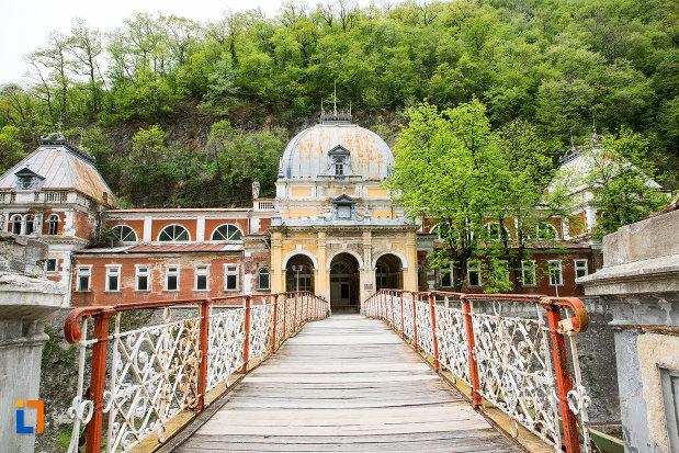 pod-peste-cerna-baile-imperiale-austriece-din-baile-herculane-judetul-caras-severin.jpg