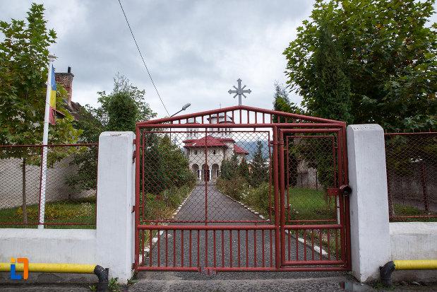 portita-de-la-biserica-sf-arhangheli-mihail-si-gavril-din-zarnesti-judetul-brasov.jpg