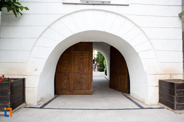 portita-din-lemn-biserica-si-manastirea-sf-voievozi-din-slobozia-judetul-ialomita.jpg