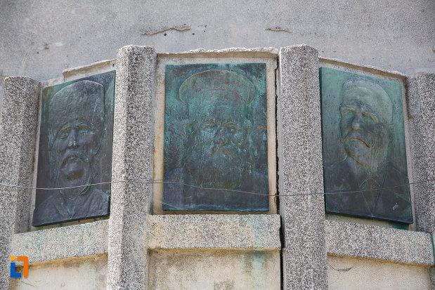portrete-de-pe-monumentul-inaintasilor-din-breaza-judetul-prahova.jpg