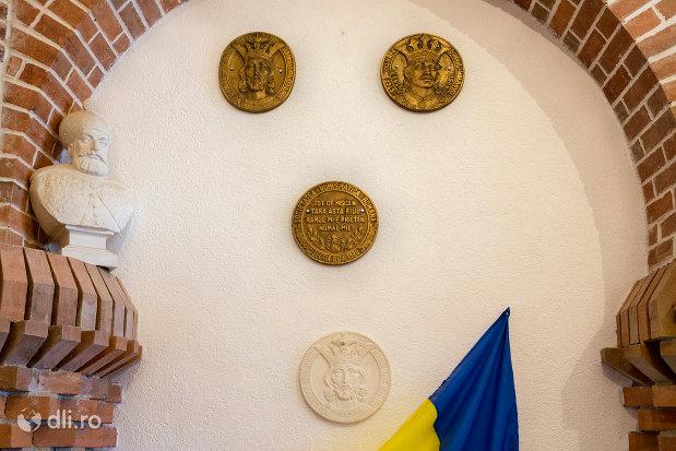 portrete-sculptate-manastirea-scarisoara-noua-judetul-satu-mare.jpg