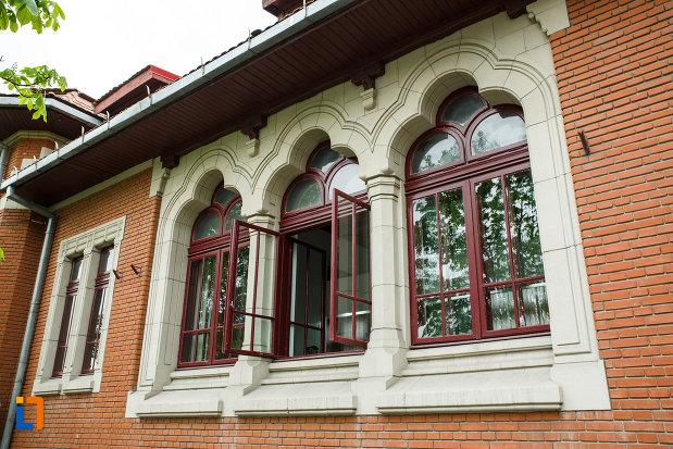 posta-veche-din-ramnicu-valcea-judetul-valcea-imagine-cu-ferestrele.jpg