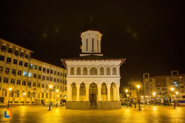 poza-cu-biserica-sf-voievozi-din-targu-jiu-judetul-gorj-noaptea.jpg