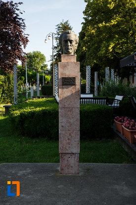 poza-cu-bustul-lui-mihai-eminescu-din-jimbolia-judetul-timis.jpg