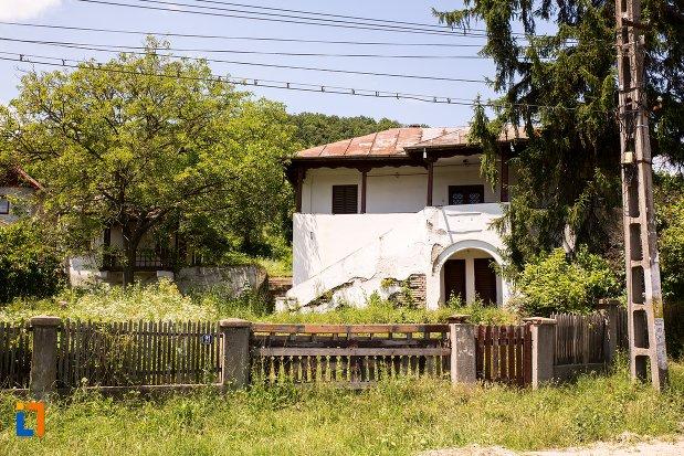 poza-cu-casa-memoriala-liviu-rebreanu-din-stefanesti-judetul-arges.jpg