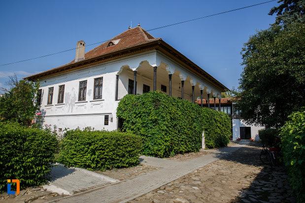 poza-cu-casa-memoriala-nicolae-iorga-din-valenii-de-munte-judetul-prahova.jpg