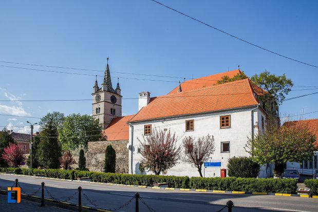 poza-cu-casa-parohiala-evanghelica-vechea-capela-sf-iacob-din-sebes-judetul-alba-din-departare.jpg