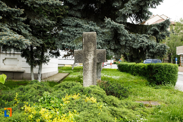poza-cu-crucea-de-piatra-din-ramnicu-valcea-judetul-valcea.jpg