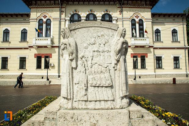 poza-cu-mausoleul-eroinei-ecaterina-teodoroiu-din-targu-jiu.jpg