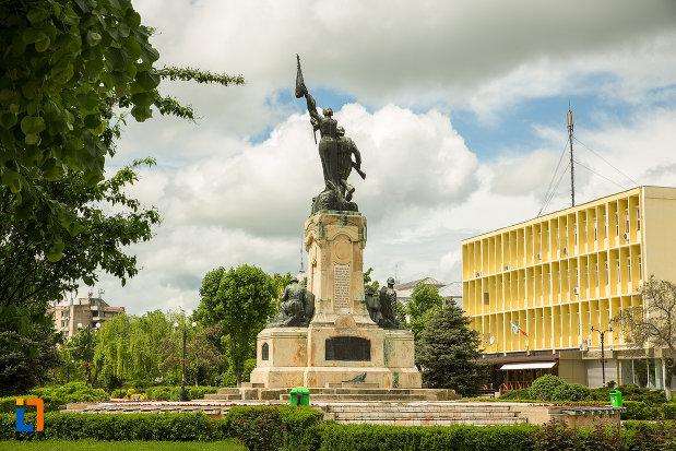 poza-cu-monumentul-eroilor-din-caracal-judetul-olt.jpg