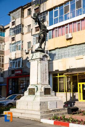 poza-cu-monumentul-eroilor-din-gaesti-judetul-dambovita.jpg