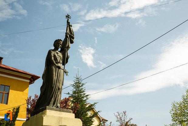 poza-cu-monumentul-eroilor-din-ocnele-mari-judetul-valcea.jpg