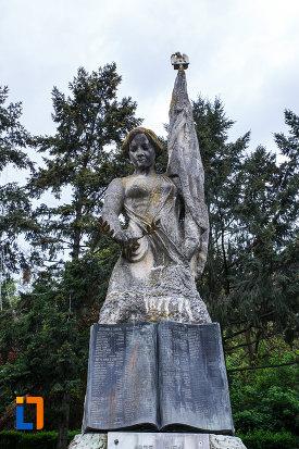 poza-cu-monumentul-independentei-din-ramnicu-valcea-judetul-valcea.jpg