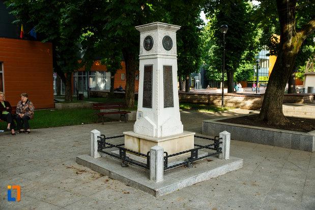 poza-cu-monumentul-unirii-principatelor-din-focsani-judetul-vrancea.jpg