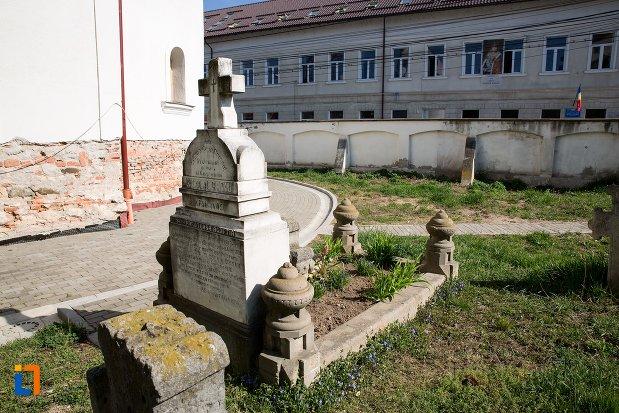 poza-cu-mormant-din-cimitirul-bisericii-grecesti-bunavestire-din-alba-iulia-judetul-alba.jpg