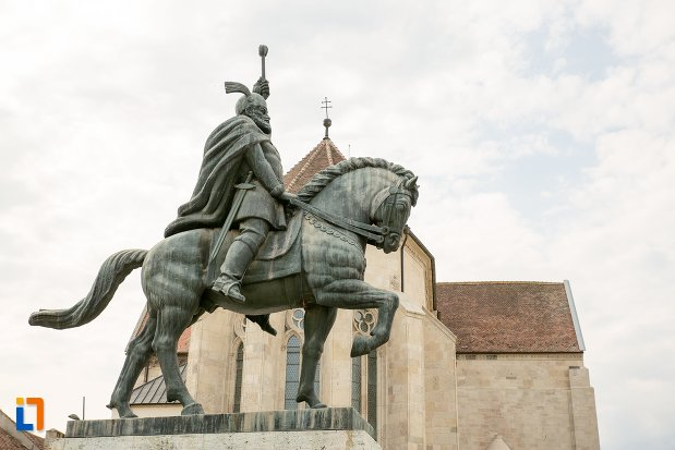 poza-cu-statuia-ecvestra-a-lui-mihai-viteazul-din-alba-iulia-judetul-alba.jpg