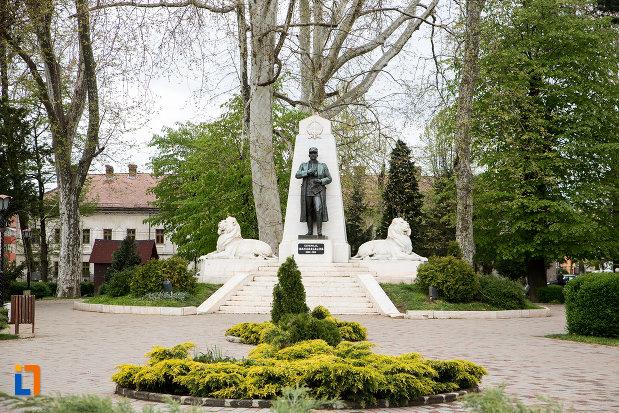poza-cu-statuia-generalului-ion-dragalina-din-caransebes-judetul-cara-severin.jpg