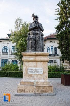 poza-cu-statuia-lui-constantin-basarab-brancoveanu-si-fii-sai-din-targoviste-judetul-dambovita-din-fata.jpg