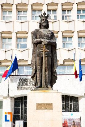 poza-cu-statuia-lui-mircea-cel-batran-din-targoviste-judetul-dambovita.jpg