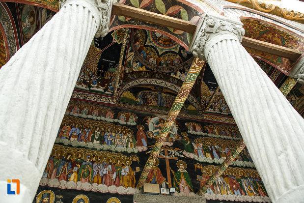 poza-de-la-biserica-toti-sfintii-1764-din-ramnicu-valcea-judetul-valcea.jpg