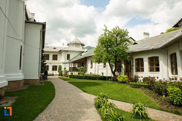 poza-din-curtea-de-la-manastirea-tismana-judetul-gorj.jpg